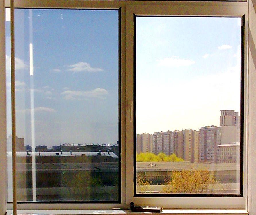 В квартире все окна выходят на балкон.